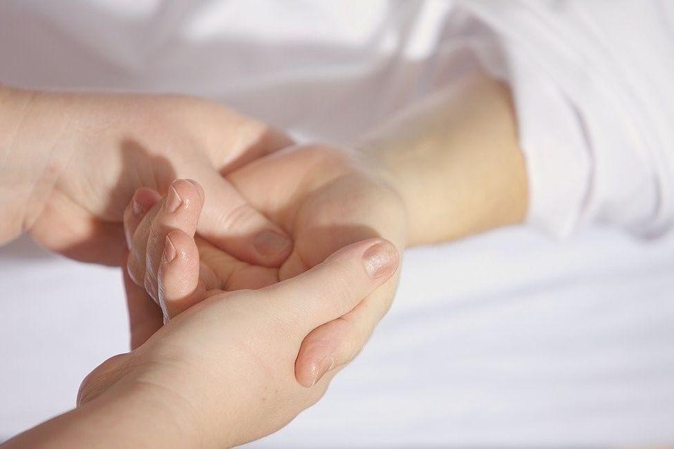 Dłoń osoby dorosłej trzyma dłoń dziecka